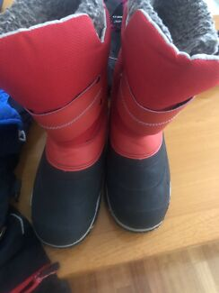 Snow kids boots and pink gloves